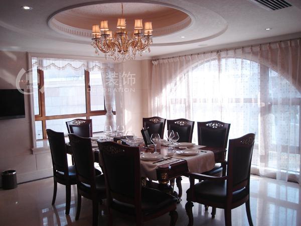 设计理念:空间上追求连续性,追求形体的变化和层次感。室内外色彩鲜艳,光影变化丰富。 室内 多用带有图案的壁纸、地毯、窗帘、床罩、及帐幔以及古典式装饰画或物件;为体现华丽的风格,家具、门、窗多漆成白色,家具、画框的线条部位饰以金线、金边。古典风格是一种追求华丽、高雅的 欧洲古典主义 , 典雅中透着高贵,深沉里显露豪华,具有很强的文化感受和历史内涵。