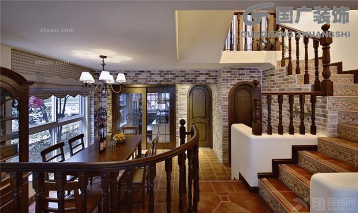 粗犷的壁炉电视墙和挑高木梁吊顶及花窗在有节奏的光影形态交织跳动着