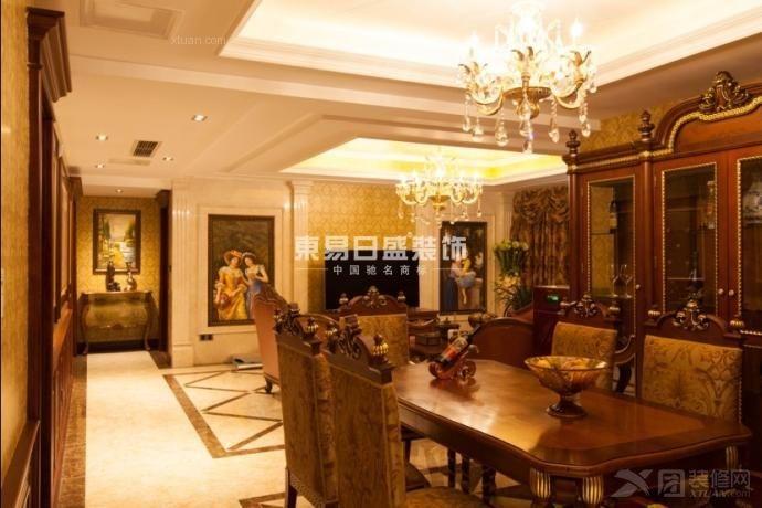 客厅及主卧都选用了水晶灯和曲腿沙发来图片