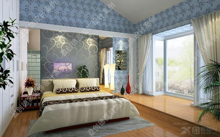 卧室使用木地板,蓝色花纹墙纸的床头墙与清玻璃的