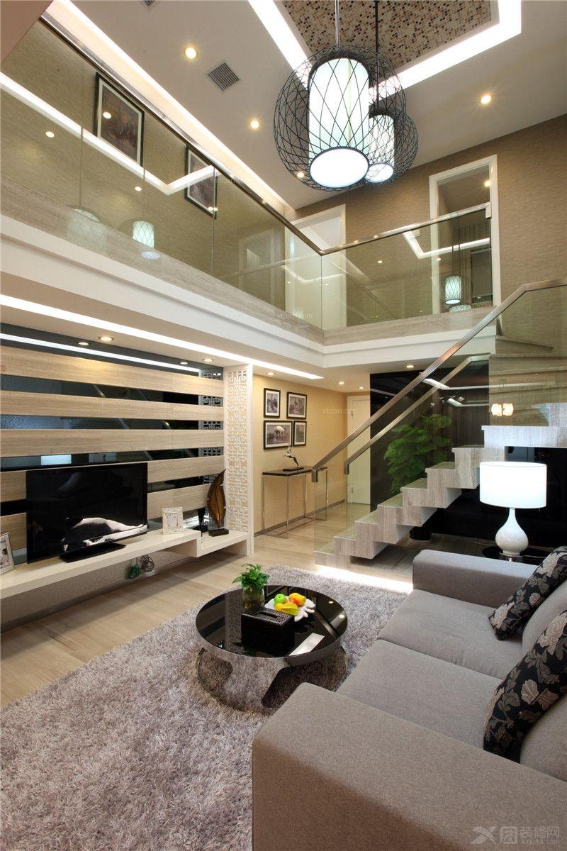 上下双层的复式结构,通过玻璃扶手的小巧楼梯连接