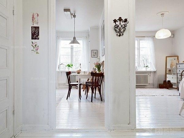 门厅使用了橱柜,衣帽间和挂衣钩等,设计了一个非常实用的收纳空间图片