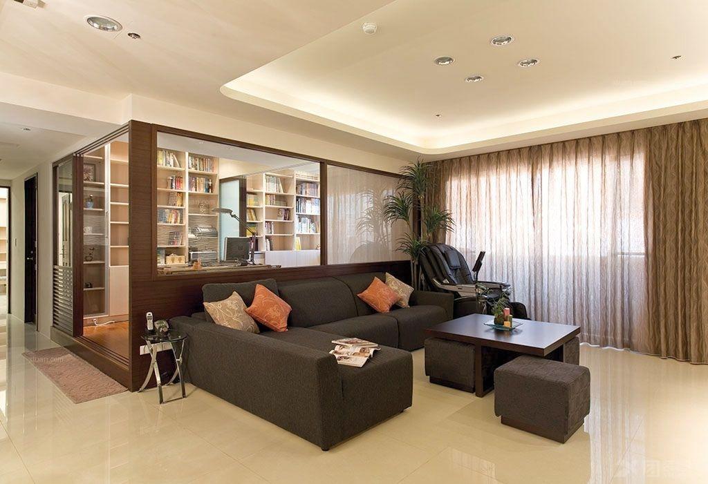 玻璃镜面窗户沙发背景墙设计 深黑色布艺沙发后面是浅棕色外框透明玻璃式书房   方形灯槽式的吊顶,有一层亮光收腰。一帘一纱的设计带来优雅放松的情调。深黑色的软包布艺沙发,L型的摆放井然有序。深棕色的茶几桌,上面放着简单的茶具。淡黄色瓷砖拼花的地面,极富光泽质感。沙发背景墙后面是书房,采用透明玻璃隔断做装修,实木深棕色的边框进行勾勒,十分典雅。