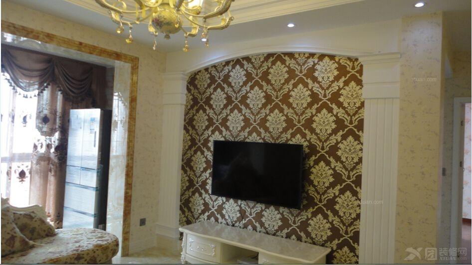 电视背景墙深色墙布在暗示它在客厅的地位举足轻重