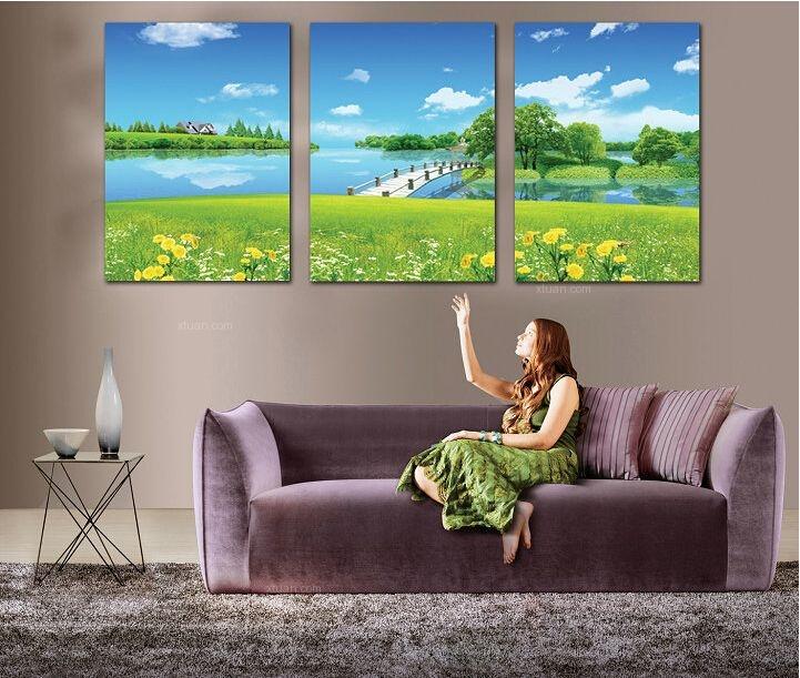 葱绿的风景画作为沙发背景墙
