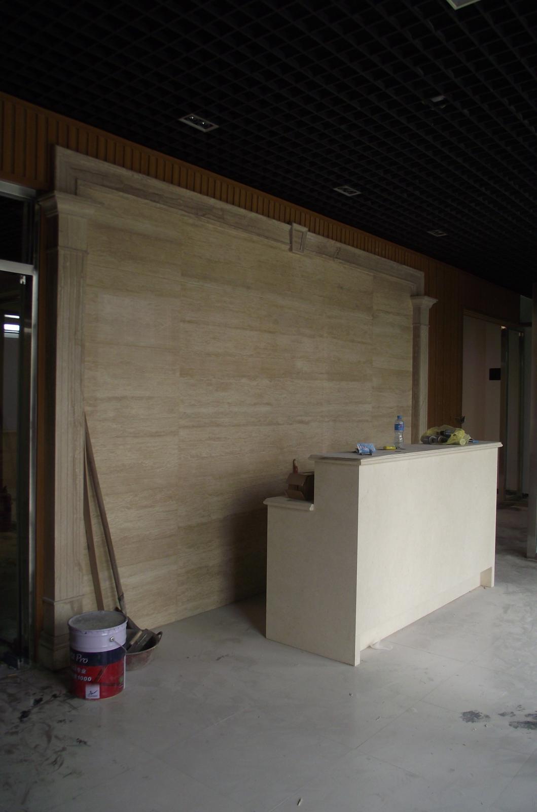 项目前台背景运用大理石配生态木进行