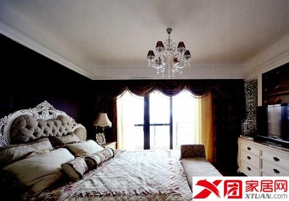 设计理念:这套充满现代欧式风情的居室中,结构布局及室内陈设都蕴含着传统而身后的西方文化底蕴,摒弃了过于复杂的造型和装饰,增加了空间的亲和力。客厅以浅色调为主,开阔而大气。古典风格的沙发,采用绒面的材质与复古的造型,丰富了空间的表情。电视背景墙设置了两个装饰柱,末端的镏金与吊顶的装饰相得益彰。餐桌背景墙用若干红铜镜装饰,增加了空间的视觉延伸性。主卧与书房采用半开放结构,空间之间采用软性隔断,古典的线条勾勒出雅致生活。