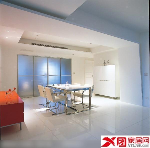设计理念:以圆与方做为空间主题,圆弧型的线条自玄关延伸至客厅,从天花板至电视主墙,设计师以圆来表达客厅所应有的舒适感,为了使白能布满天花板、壁面、地板,设计师特别采用了人造石与天然石合成的玻璃白结晶地板,让白更彻底。家具则选择白色双人沙发搭配着搭配红色单椅,圆形地毯则对应圆弧型的天花板,当光透过白色卷帘进入室内,透过白的反射,空间呈现出洁净无瑕的质感。