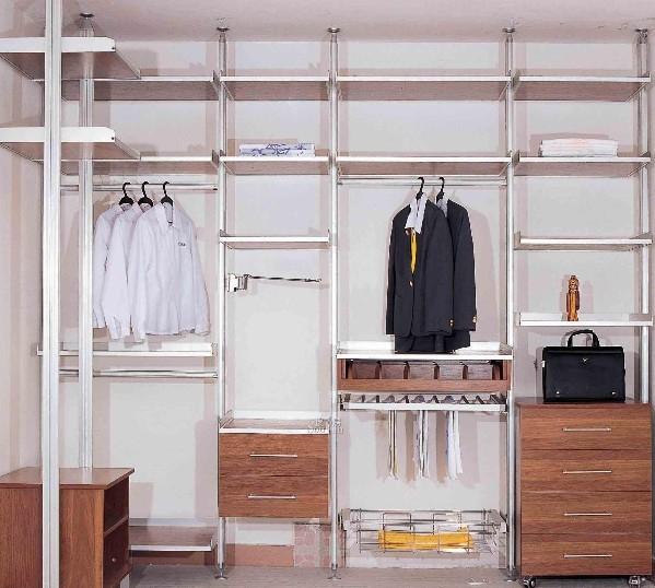 如果家里的空间比较大,可以选择用整体衣柜设计一个步入式穿衣间,这样