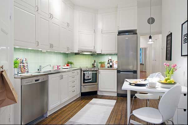 设计理念:现代厨房从单一的使用场所变成一个多功能的甚至是舒适的房间,厨房与餐厅、客厅相衔接、传统的隔离墙被省略,作为居室中视觉美感的一部分,对其美观整洁度的要求越来越高。同时科技进步使厨房的科技含量越来越高,现代化电器的使用使人们的劳动变得轻松有趣。在如今高效率的社会环境中,人们每天奔波忙碌,也许一家人能真正坐在一起享受天伦之乐就是在吃饭时,所以厨房也变得越来越温情,包含了更多的意义。