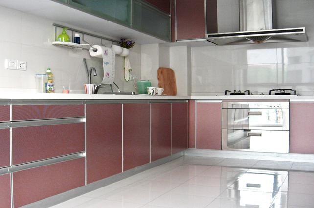 设计理念:简约主义厨房的一大主要特点就是形式简洁,它的表现方式体现在厨房设计大多为简单的直线,横平竖直,减少不必要的装饰线条,用简单的直线强调空间的开阔感。由于直线型的设计较多,空间感很强,让人们在其中倍感舒适与清爽。但是,说到简约厨房并不是说明要对厨房的实用功能让步,既然为简约风格,在厨房的设计中就会摒弃所有不必要的繁复支节,剩下最本质的功能,厨房里除了保留最基本的储藏、洗涤、烹饪等功能外,已很难找到其他不必要的东西,刀叉等实用工具也只是满足主妇的最基本需求,而不是多得让人分不清如何使用的各种工具。