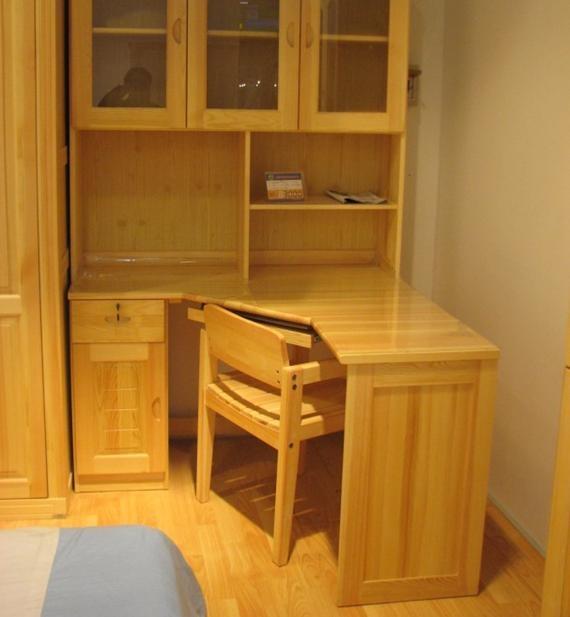 设计理念:书桌的尺寸如何确定?#26477;?#29992;书桌最好不要采用写?#33268;?#29992;的办公桌,因其不一定与其他家具相协调。一般,单人书桌可用600mmXll00mm的台面,台高710-750mm。台面至柜屉底不可超过125mm,否则,起身时会撞脚。靠墙书桌,离台面450mm处可设一 100 m m灯槽,上面用书柜或居架,这样,书写时,?#24202;?#35265;光管,但台面却有充足光照。