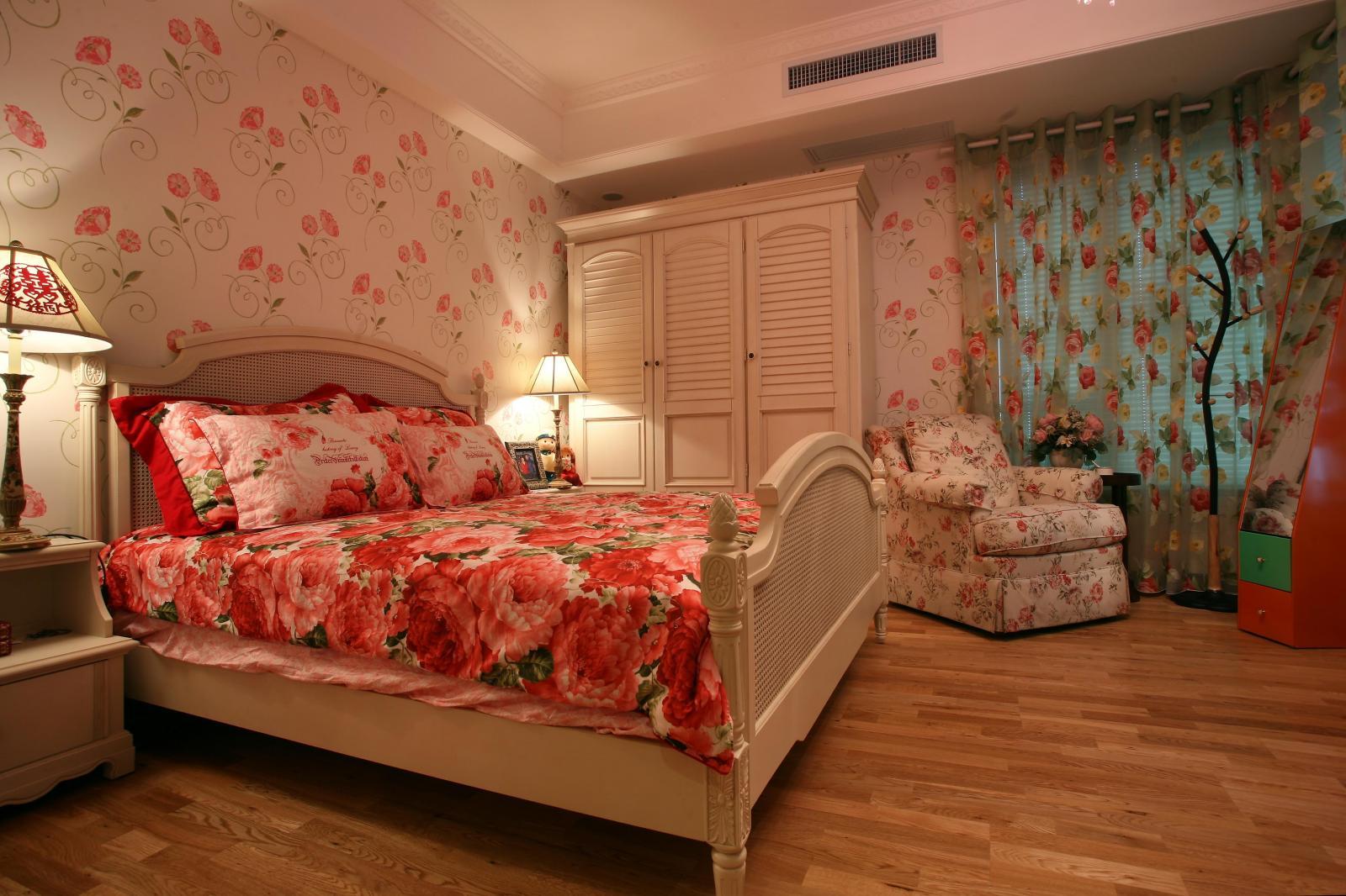 白色的床配上花纹床单