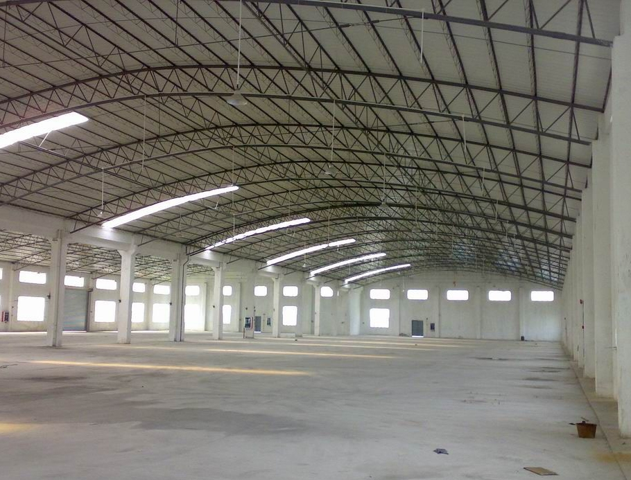 设计理念:厂房的顶部通常较高,且大多数都是钢结构框架,在装修厂房顶部时先要设计消防、通风、及中央空调的合理安排,尤其是消防。接下来就是根据要求来确定吊顶的问题了,厂房吊顶的材料很多,可以用矿棉吸音板、石膏板、铝塑板等一些美观的材料来为顶部做装饰,还可以不做任何吊顶,把 顶部需要隐藏的或者不美观的一些设施做局部的修饰即可。