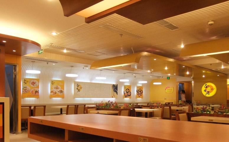 西餐桌有长条形的,长方形的;中餐桌一般为圆形和正方形,以圆型居多,西