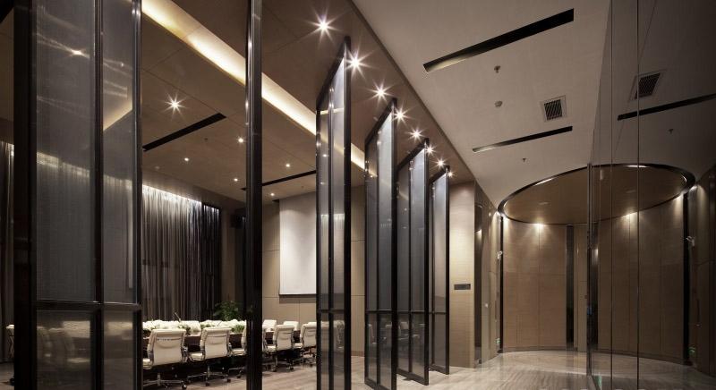 设计理念:虽然办公室里不可能没有灯,不过自然采光依然备受青睐,因为自然光源节能而且能提高工作效率。现在办公场所设计的趋势之一便是打开一块空间,让尽可能多的自然光线射入,同时还配有高大的窗户、天窗、太阳能电池板和中庭。对于其他的光源,向上照射灯和LED照明非常受欢迎,因为它们更节能,而且比标准的荧光灯更耐久。