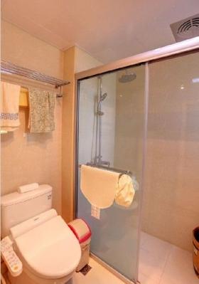卫生间就简单多了,智能马桶+淋浴房