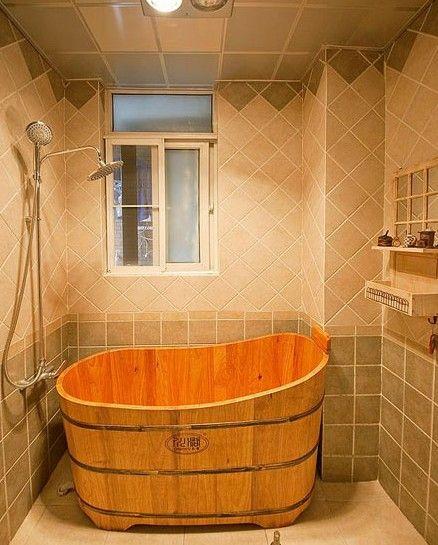 浴室里的大木桶