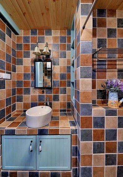 多彩瓷砖的卫生间