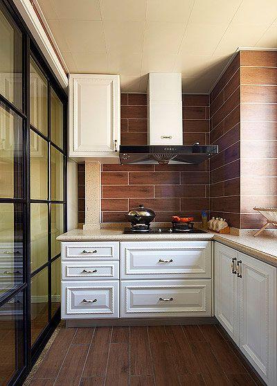 乳白色的橱柜,带点欧式的感觉.深色的木纹瓷砖更便于清洗.