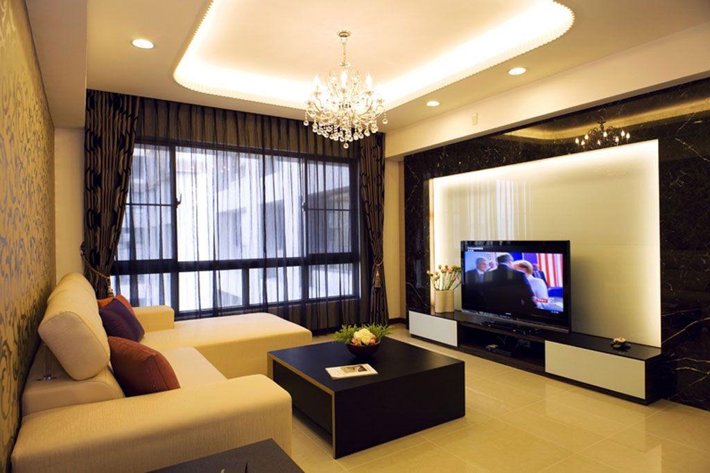 客厅区域电视墙面利用白色烤漆玻璃作背景,利用大理石作边框的设计