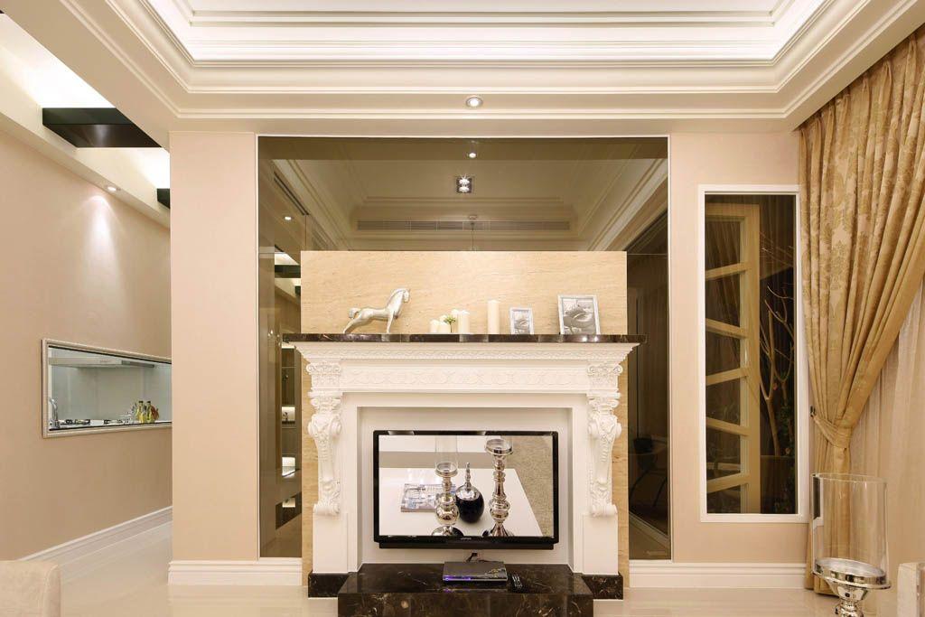电视墙以壁炉样式呈现,墙面饰以茶色玻璃,与沙发背墙相呼应,将景深
