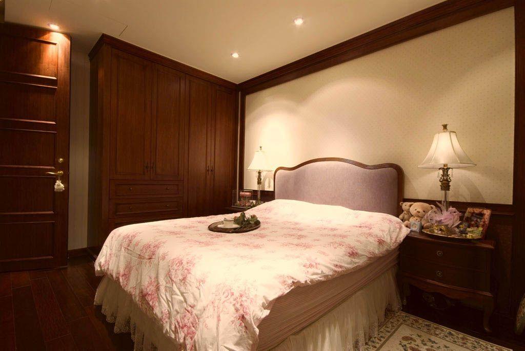 主卧在胡桃木作色调铺陈下,感受静谧沉稳之情,床头壁纸镶有金框,呼应