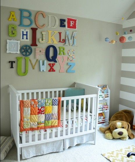 白色婴儿床