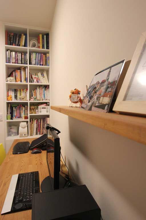 利用木色层板增加墙面的视觉活泼感.
